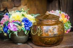 Brąz i kwiaty w wazie Zdjęcia Royalty Free