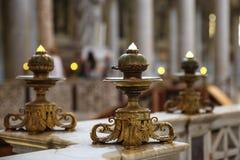 Brązowi katoliccy candlesticks na marmurowym parapet Zdjęcie Royalty Free