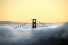 Br5ucke-Kontrollturm und Nebel Stockfotos