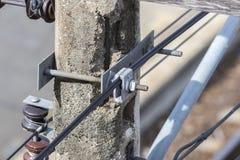 Braçadeira da suspensão do cabo no cargo velho da eletricidade Fotografia de Stock Royalty Free