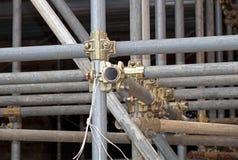 Braçadeira de tubulação do andaime e peças, uma parte importante de força da construção ao andaime Foto de Stock