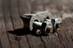 Braçadeira do metal na madeira Fotografia de Stock