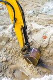 Braço amarelo da máquina escavadora Fotos de Stock