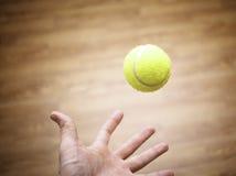 Braço com tênis da bola foto de stock