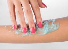 Braço da mulher com gel da pele Fotos de Stock Royalty Free