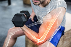 Braço destacado do homem forte que levanta peso no gym fotos de stock