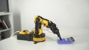 Braço do robô com calculadora Experiência com manipulador inteligente Modelo do robô industrial vídeos de arquivo