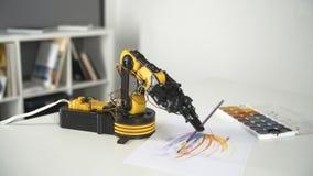 Braço do robô com a escova do uso para pintar Experiência com manipulador inteligente Modelo do robô industrial video estoque