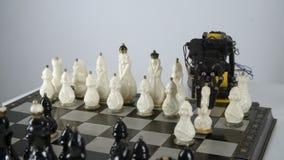 Braço do robô com xadrez do jogo Experiência com manipulador inteligente Modelo do robô industrial vídeos de arquivo