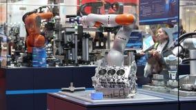 Braço do robô de Kuka com o prendedor mechatronic de Schunk em Messe justo em Hannover, Alemanha video estoque
