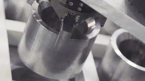 Braço do robô industrial na fábrica O braço robótico move detalhes do metal na fábrica vídeos de arquivo