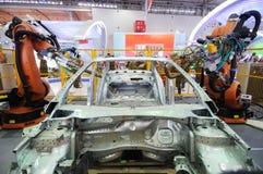Braço do robô usado na construção do carro Fotos de Stock Royalty Free