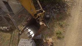 Braço e cubeta da máquina escavadora vistos de cima de video estoque