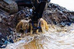 Braço e cubeta hidráulicos da máquina escavadora Imagens de Stock