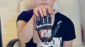 Braço humano com braço do robô Roday technolgy do cyber robótico futurista filme
