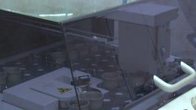 Braço robótico do raio X com engrenagens filme