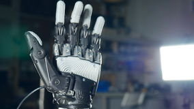 Braço robótico futurista do cyborg na ação Prótese robótico real filme