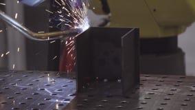 Braço robótico industrial para soldar Indústria automóvel da máquina do robô de soldadura Movimento dos robôs de soldadura no fim video estoque