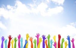 Braços coloridos conceito voluntário levantado da felicidade do espaço da cópia foto de stock