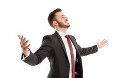 Braços de espalhamento bem sucedidos do homem de negócio foto de stock