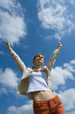 Braços de espalhamento da mulher ao céu Foto de Stock Royalty Free