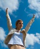 Braços de espalhamento da mulher ao céu Foto de Stock