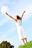 Braços de espalhamento da mulher ao céu Fotos de Stock Royalty Free