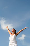 Braços de espalhamento da mulher ao céu Imagem de Stock Royalty Free