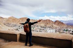 Braços de espalhamento do viajante novo feliz no fundo em Leh, L da cidade imagens de stock royalty free