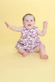 Braços de ondulação do bebê feliz imagens de stock