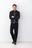 Braços de sorriso do homem de negócios confiável cruzados Imagens de Stock Royalty Free