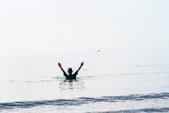 Braços do menino da nadada levantados Fotografia de Stock