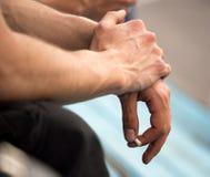 Braços do ` s dos homens fortes com veias Foto de Stock Royalty Free