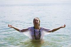 Braços levantados na água Fotos de Stock Royalty Free