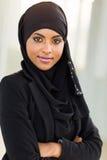 Braços muçulmanos da mulher de negócios cruzados foto de stock royalty free