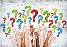 Braços Multi-étnicos estendido para fazer perguntas Fotografia de Stock