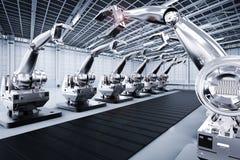 Braços robóticos com linha do transporte Fotografia de Stock