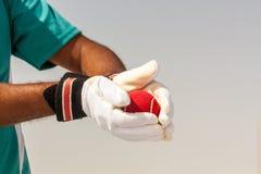 Brać chwyta czerwona piłka z rękami Obraz Stock