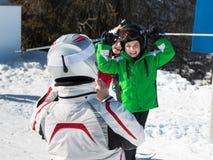 Brać dziecku fotografię podczas wakacje w alps górach Zdjęcie Royalty Free