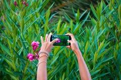 Brać foto strzelającego z smartphone Zdjęcie Royalty Free