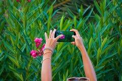 Brać foto strzelającego z smartphone Obrazy Stock