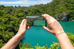 Brać fotografię Szmaragdowy jezioro w Angthong Krajowym Morskim parku w Tajlandia na telefonie komórkowym obrazy stock