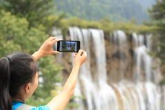 Brać fotografię z telefonem komórkowym Zdjęcia Royalty Free