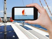Brać fotografia jacht z czerwonym żaglem w Adriatyckim morzu Fotografia Stock