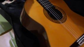 Brać klasyczną hiszpańską gitarę akustyczną zbiory wideo