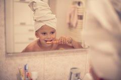 Brać opieka jej zęby od potomstwa starzeją się fotografia stock