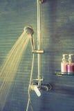 Brać prysznić podczas gdy biegający (Filtrujący wizerunek przetwarzał rocznika ef Zdjęcie Royalty Free