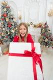 Brać przewagi Bożenarodzeniowe sprzedaże Dziecko cieszy się wakacje szczęśliwego nowego roku, Zima xmas online zakupy rodzina zdjęcie stock