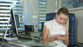 Brać selfie przy biurem podczas gdy pracujący zdjęcia royalty free