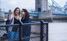 Brać selfie przy wierza mostem Londyn zdjęcie royalty free